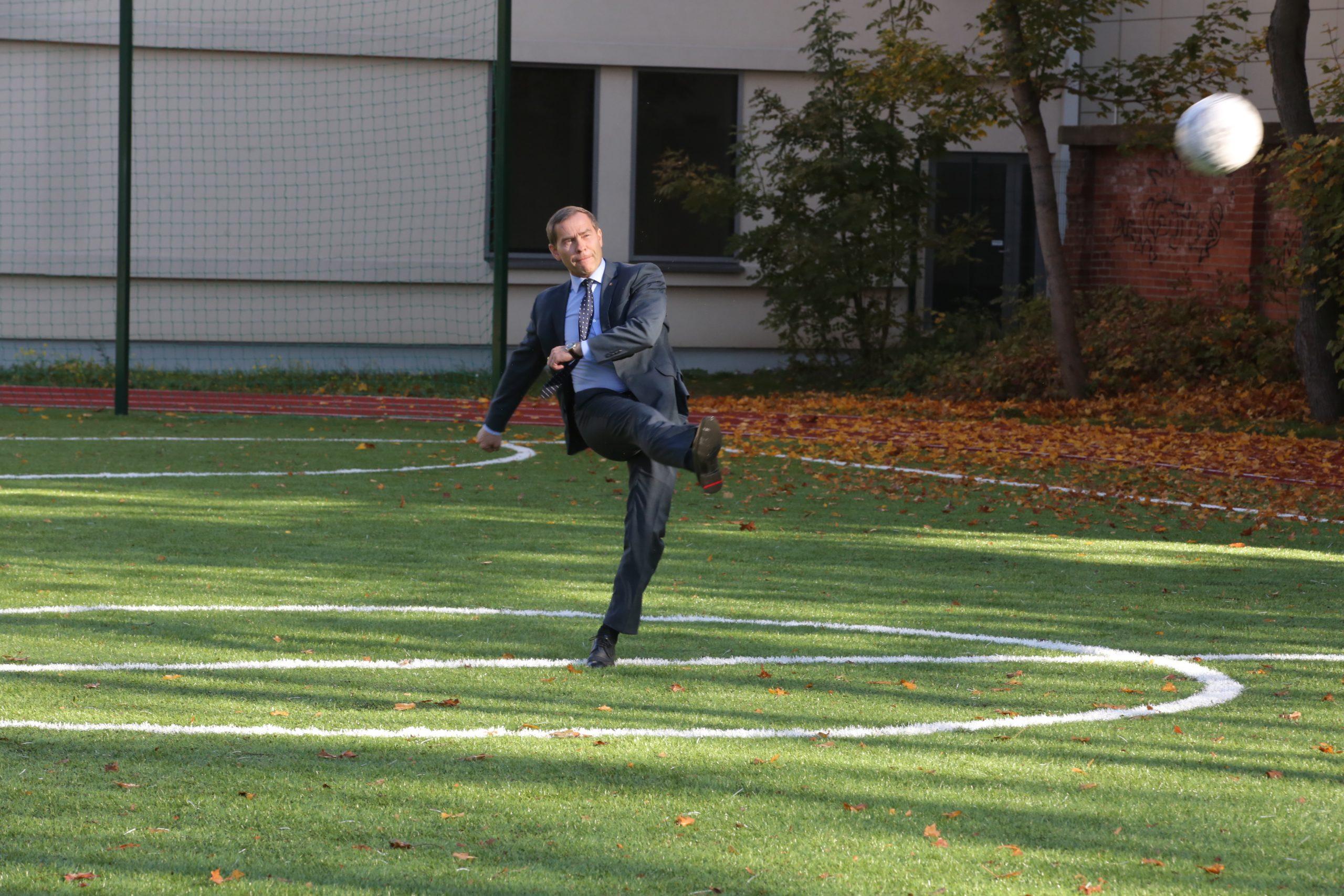 Klaipëdos Vytauto Didþiojo gimnazijos kieme oficialiai atidarytas naujas sporto aikðtynas. Savivaldybës administracijos direktorius Saulius Budinas - futbolo aikðtëje - smûgiavo kamuolá á vartus (ámuðë ávartá) Atidarymas